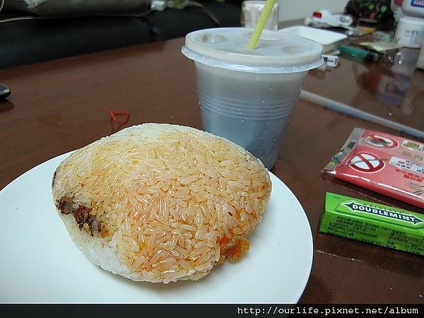 台中.25元好吃的人龍大飯糰@漢口國中無名飯糰