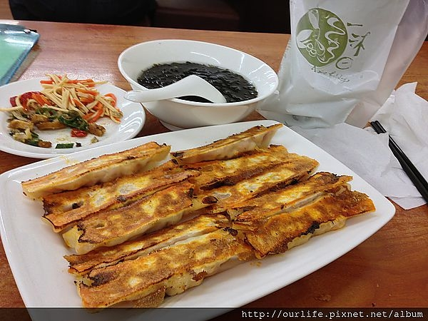 台中.金黃焦恰處女煎的泡菜鍋貼@八方雲集公益店