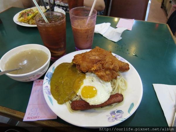 香港九龍灣必吃.20年皮酥肉嫩比臉大的酥炸雞腿咖哩飯@珍寶美食