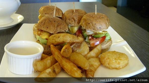 台中.鹹到咬舌娃娃漢堡@Bond Burger