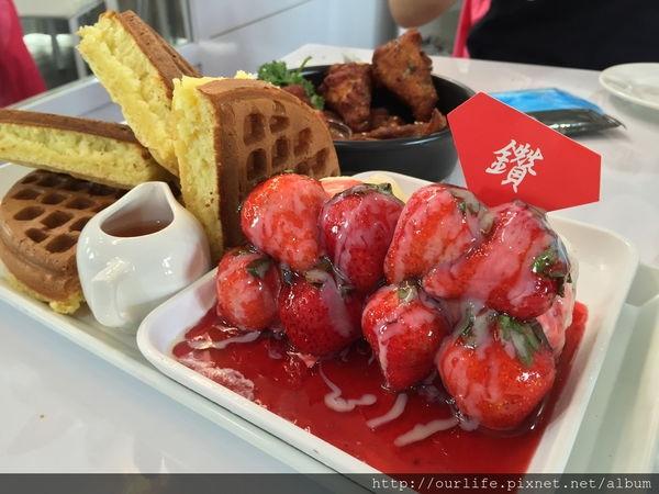 台中東區.百吃不膩的草莓冰淇淋鬆餅@咖啡鑽