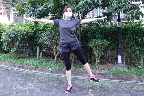 3分鐘無跳耀、不需器材的居家運動-你不知道的國民健身操 (8).jpg