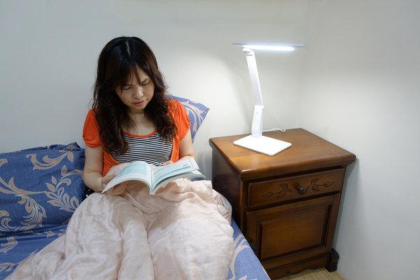 旭光LED護眼檯燈、自然光燈泡、雪糕燈開箱 (31).jpg