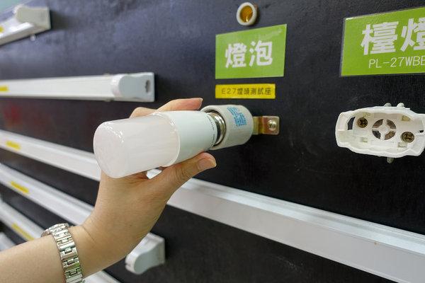 旭光LED護眼檯燈、自然光燈泡、雪糕燈開箱 (11).jpg