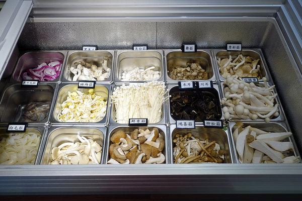 台北聚餐火鍋吃到飽-嗨蝦蝦百匯鍋物吃到飽,罐裝啤酒喝到飽 (30).jpg