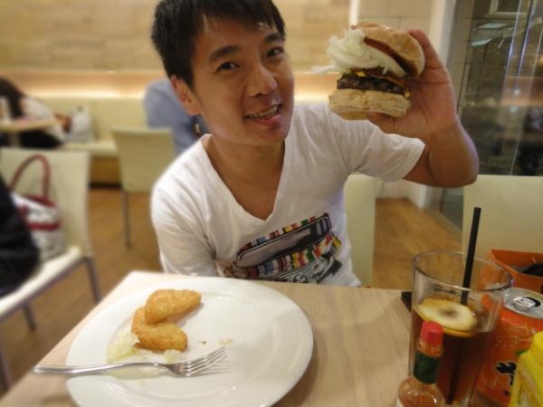 (美食 台北 市政府站) Phat Burger 肥漢堡 ~ 台北No.1爆漿花生醬漢堡~ 湯汁滿到漫出來!