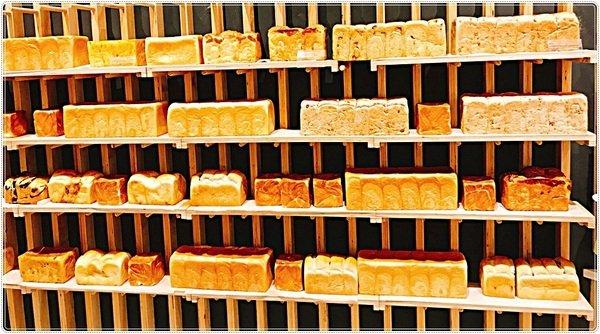 0a2526a1 d88f 400a 911a d43896926772 - 熱血採訪│超浮誇吐司牆、51種口味吐司專賣店、有選擇障礙的要小心囉(台中最早出爐的麵包店,六點半就開賣啦~!!)