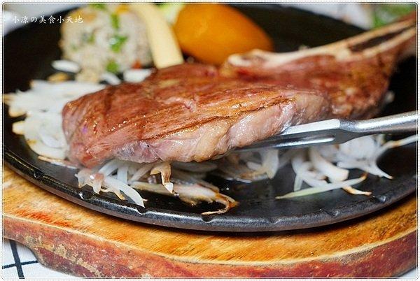 8853a34a cd05 4f8f 8fcd 994d325458d4 - 熱血採訪║老饕不能錯過高貴不貴的多汁牛排,戰斧牛排超浮誇,豪邁大口吃肉肉(飲料水果湯品無限續)