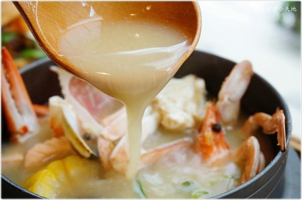 bc4377df 455c 4f24 b9d0 93e198318d54 - (熱血採訪)錦小路物語║發現超萌煤炭精靈!是不是超可愛!濃厚日式文青氛圍下,品嚐暖暖湯美味鮮的螃蟹日式鍋物、輕食十(已歇業)