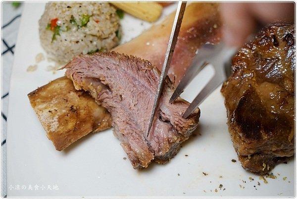 c3851950 09a2 4ad7 a59d 3ac1da4e435d - 熱血採訪║老饕不能錯過高貴不貴的多汁牛排,戰斧牛排超浮誇,豪邁大口吃肉肉(飲料水果湯品無限續)