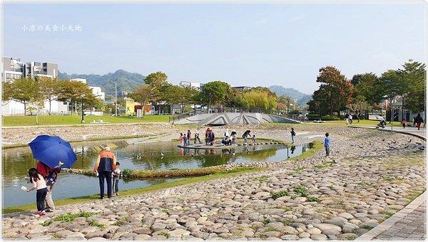 d3ac7287 b015 42b9 884e ea2f2efd373d - 台中親子景點║大坑生態公園,落雨松下野餐、放風箏、餵魚,拍照玩樂一把罩,順遊大坑四大特色造型橋梁!