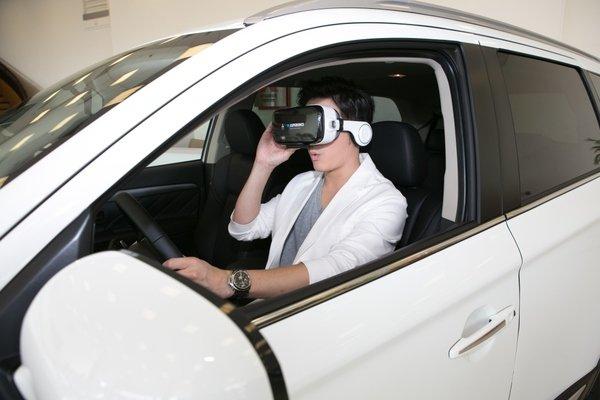 代言人宥勝以VR眼鏡實際體驗ACC和FCM作動的感受.jpg