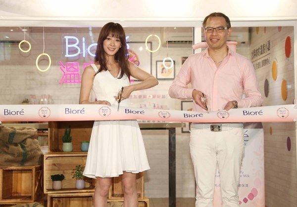 圖2. Bioré打造「溫度Café」快閃體驗店,由花王消費品事業部部長馬俊哲(右)與Bioré代言人孟耿如(左)一同剪綵揭開序幕.JPG