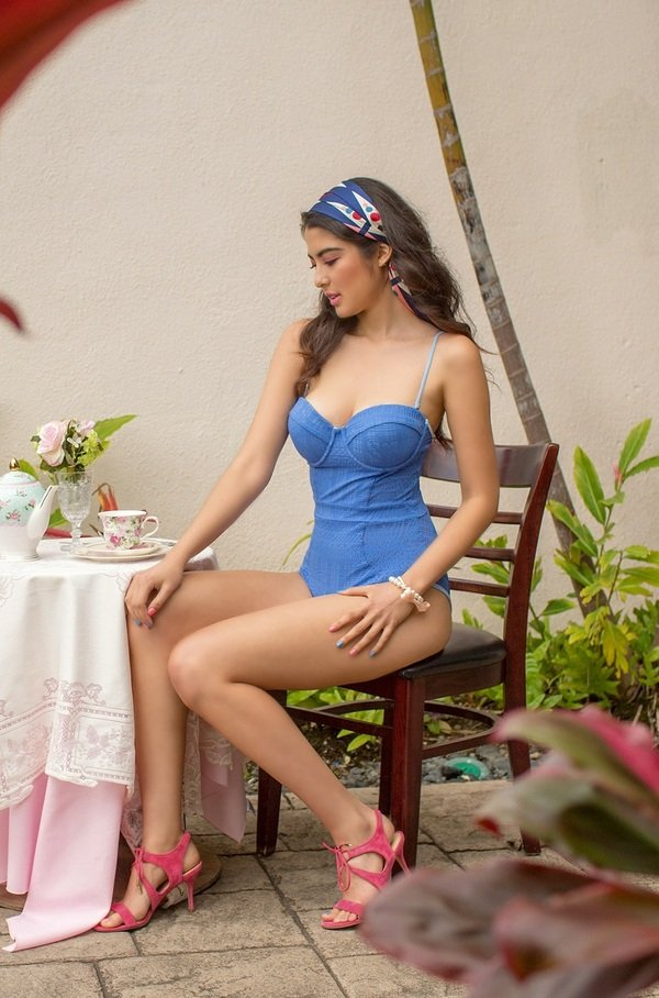 【照片】Pretty in Pastel系列的Blossom以湖藍色的針織布料,連身設計展露胸前、腰線、背部優美曲線.jpg