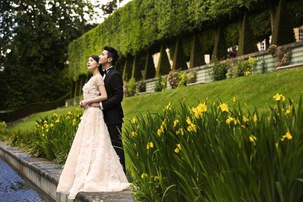 6. 趙又廷在婚紗照中穿著Ermenegildo Zegna黑色經典晚禮服.jpg