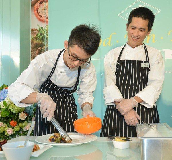 奇可小廚西餐團隊現場展演「起司海鮮拼盤」之裝飾及美化2.JPG