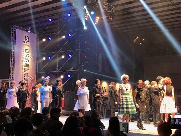 2016 日式威廉髮藝時尚嘉年華_Model與設計師接受觀眾喝采.JPG