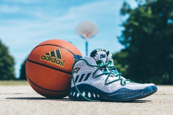 6. adidas Crazy Explosive白色款式(B42405)在鞋舌設計有Andrew Wiggins的姓名縮寫,是一雙值得球迷收藏的籃球鞋款。.JPG