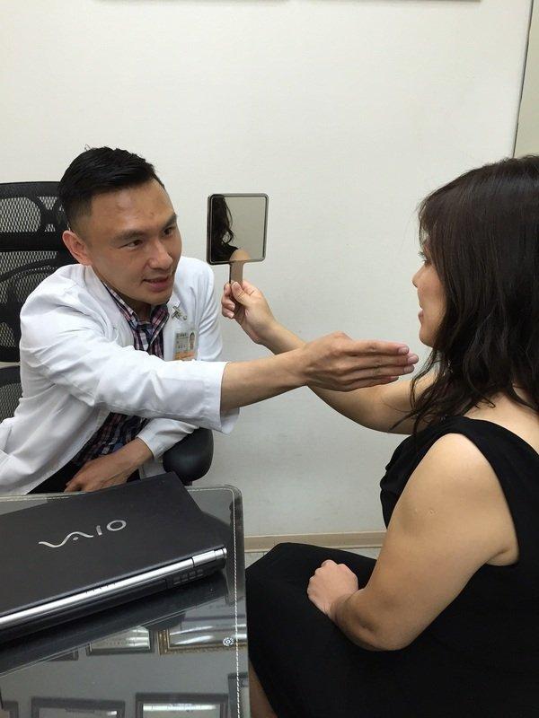 002上立皮膚科診所林上立醫師與消費者進行療程諮詢,呼籲拒絕人體不需要的複合性蛋白.jpg