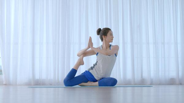 海倫仙度絲品牌代言人賈靜雯現場展現運動做瑜珈的功力,瑜珈姿勢滿分。.jpg