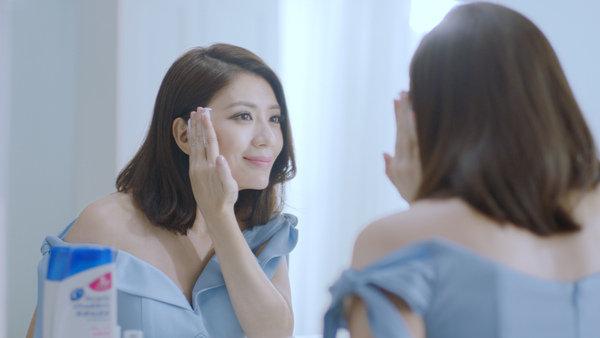 海倫仙度絲品牌代言人賈靜雯強調頭皮也要深呼吸,才能像肌膚卸妝一般,把頭皮卸乾淨,維持頭皮健康。.jpg