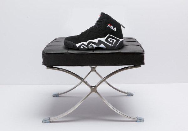 密西根五虎之一『野獸』Jamal Mashburn所代言的MB復刻籃球鞋,造型設計與球風同樣狂放不羈_NT$3,580.jpg