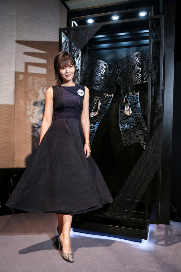 ECCO中國區形象代言人劉濤以一身優雅的裙裝搭配全新SHAPE系列高跟鞋現身發表會,展現如蕾絲一般的神秘優雅.jpg