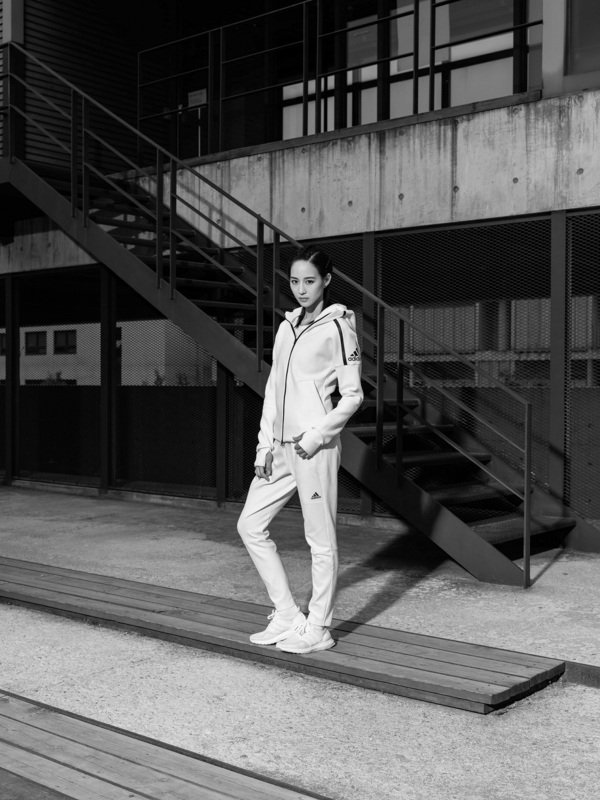 3.亞洲巨星張鈞甯身著結合尖端工藝和優質面料,搭配得體剪裁效果的adidas Z.N.E. Hoodie連帽外套,完美詮釋其帶來的極佳穿著體驗.jpg