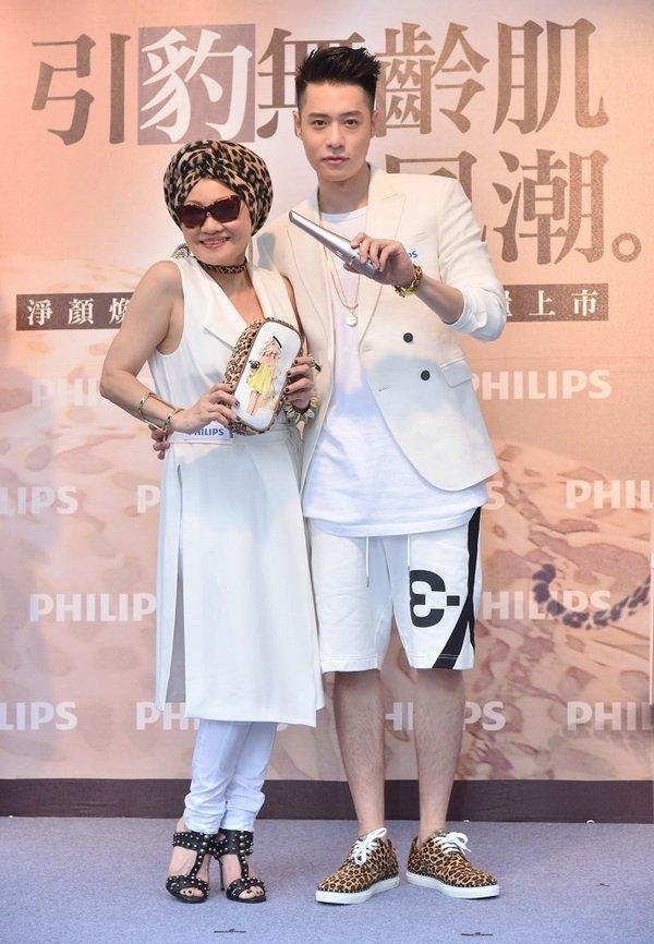 豹紋控母子檔比莉、周湯豪出席Philips Beauty一日店長,力薦豹紋限定版VisaPure淨顏煥采潔膚儀.jpg