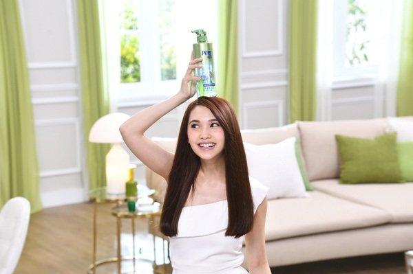 楊丞琳拍攝飛柔全新廣告,現場與產品俏皮互動、笑聲不斷,自然不做作的個性展露無遺。.jpg