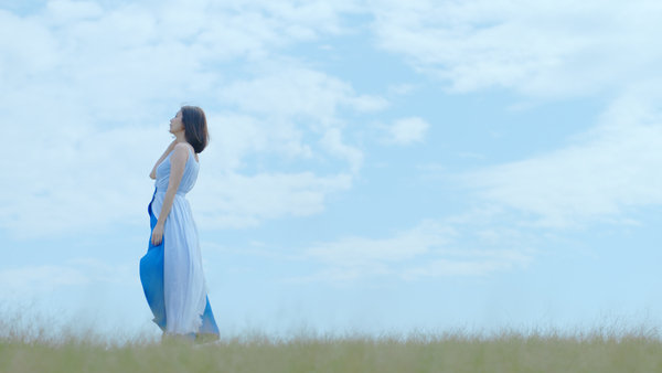 海倫仙度絲品牌代言人賈靜雯站在草原上迎風隨著秀髮飄曳,畫面唯美,十足女神風格。.jpg