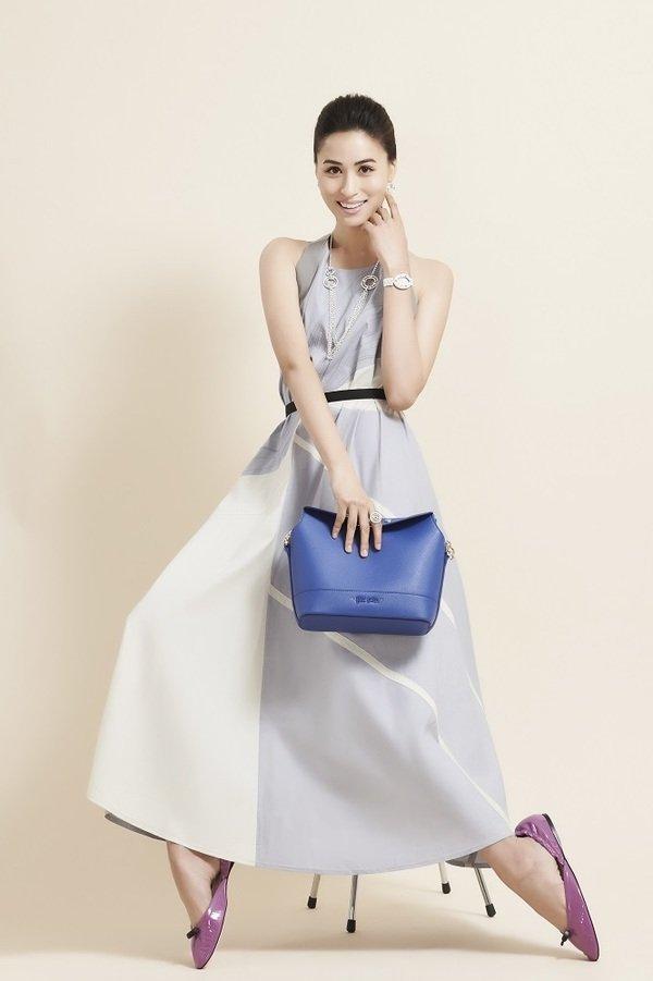2. 人氣才女黃荻鈞以沁涼怡人的藍色系服飾搭配銀色飾品完美演繹Folli Follie配飾令人驚豔的美麗.jpg