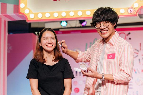 ETUDE HOUSE巡迴家年華_盧廣仲幫粉絲上氣墊粉餅.JPG