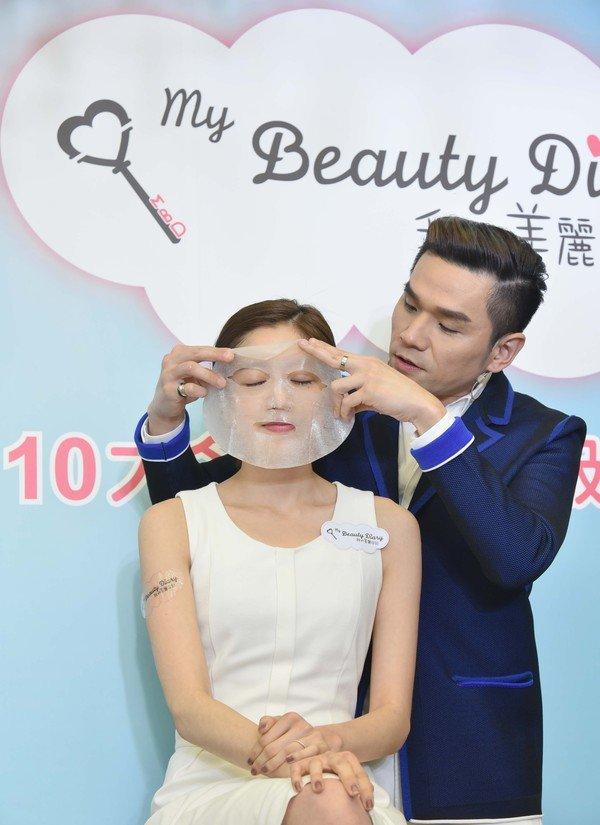 台灣首席美容保養大師凱文老師現場展示面膜服貼好吸收,.JPG