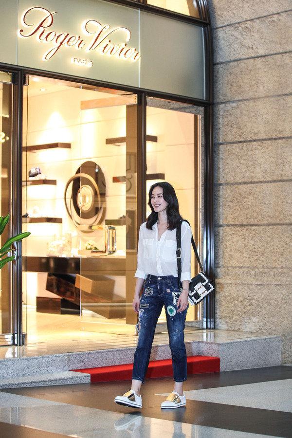 曾愷玹肩背Viv' 黑白扇形圖騰包$110,200; 穿著Sneaky Viv' 白色拼接金屬皮革休閒鞋$29,900.JPG