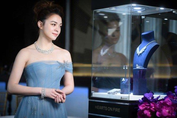 女星張榕容配戴午夜星空鑽石項鍊手環及戒指_並搭配一只8.49克拉美鑽戒指_價值逾3800萬元_1.jpg