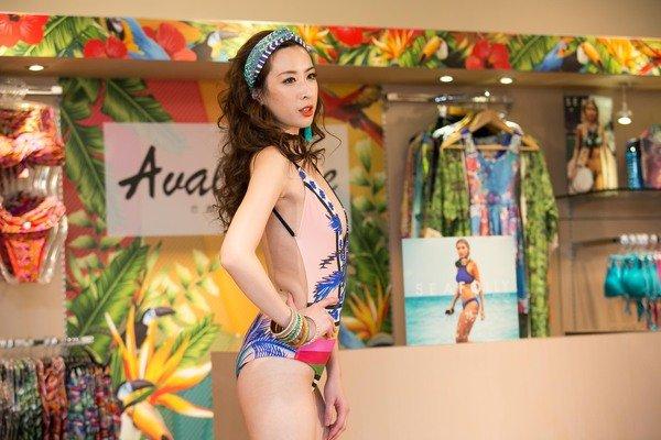伊林名模著國際泳裝秀走秀款,深V性感剪裁,以中東摩洛哥來突顯巴西的神祕熱情與奔放。.jpg