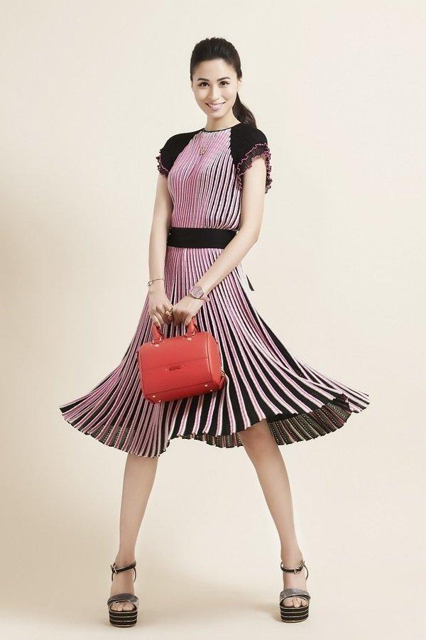 1. 人氣才女黃荻鈞以繽紛甜美的粉紅色系服飾搭配玫瑰金飾完美演繹Folli Follie配飾令人驚豔的美麗.jpg