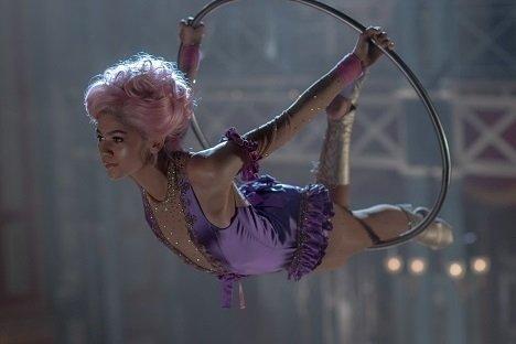 好萊塢青春女星辛蒂亞(Zendaya)飾演空中飛人Anne Wheeler,身穿Swarovski手工鑲嵌14,000顆水晶的彈性緞面緊身衣,如流星般滑過半空,成為眾人焦點。(Photo Credit Niko Tavernis)_1.jpg