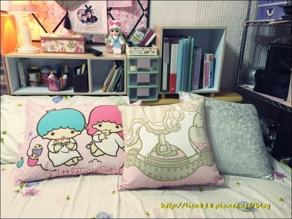 ▎購物 ▎可愛又有質感的HOLA亮銀抱枕、仿麻三角大靠墊、喜悅歡樂木馬抱枕妝點我的睡床~