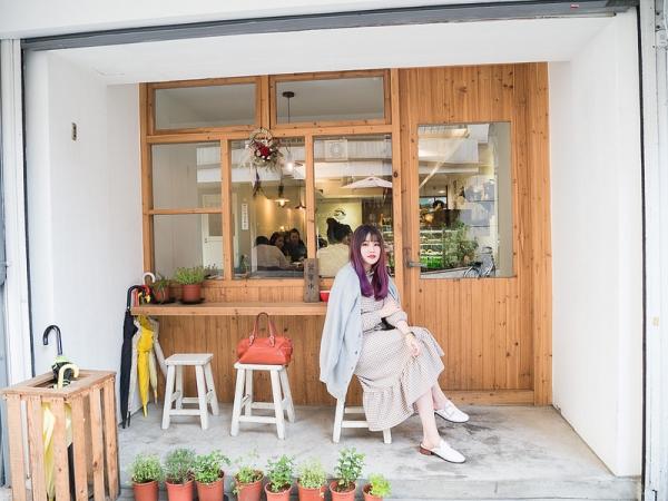 【食記+日穿搭】隱覓鬧區中的一抹寧靜。木白咖啡廳feat.好吃的甜點