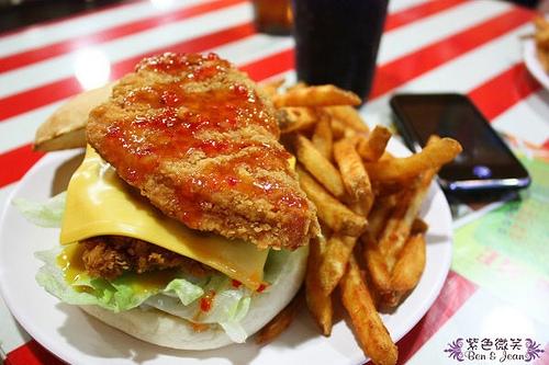 ▋宜蘭餐廳▋宜蘭市+FEED ME~美式漢堡份量大
