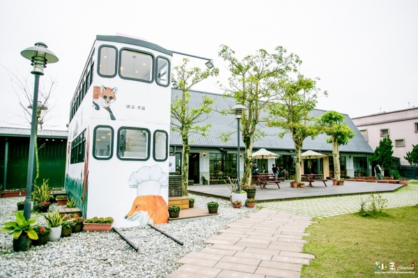 【宜蘭礁溪】幸福時光Happy Time-狸貓噹噹車餐廳、超大塗鴉黑板、遊戲室、親子DIY教室~有大庭院的親子餐廳~前身是幼兒園
