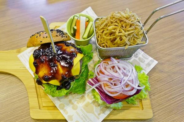 【台北大安】 Fanier chef's burger 費尼主廚漢堡 忠孝店 即將開幕 - 全新漢堡專門店,竹炭黑漢堡健康、特別又好吃~(嚐鮮)