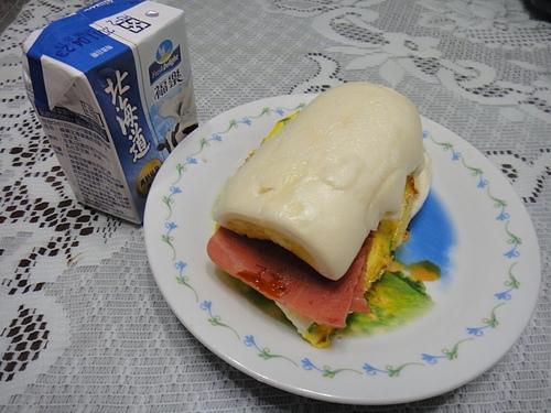 營養早餐--銀絲捲夾火腿蛋..燒餅夾生菜火腿蛋