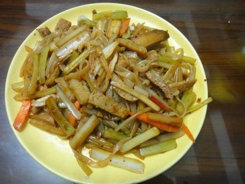 晚餐-芹菜肉絲蒟蒻麵
