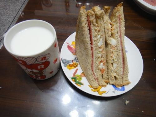早餐-營養鮪魚沙拉三明治佐鮮乳