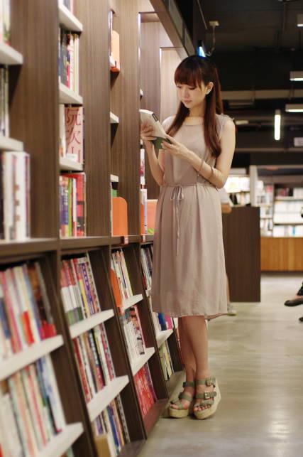 ChuChuCat大地色長洋早秋穿搭♥ 茉莉二手書店外拍♥ 台中午後的好去處^0^