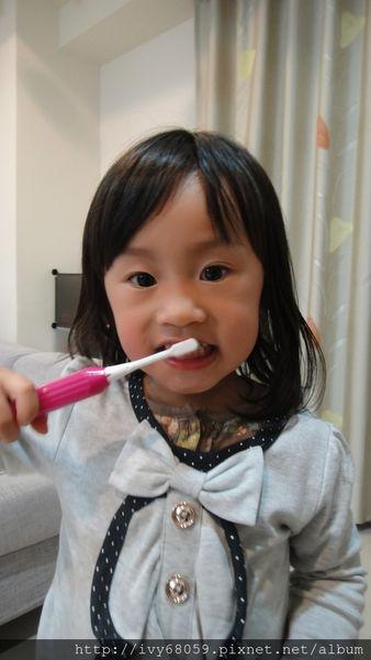 【育兒好物】讓咪娜醬和ELLY愛不釋手的兒童《電動牙刷》,從小照顧好孩子的一口好牙。