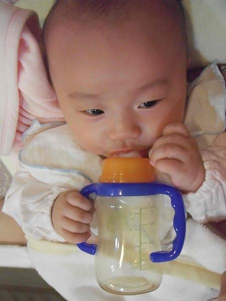 會握奶瓶把手囉!